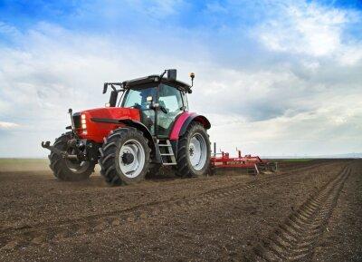 Farmer en tractor de la tierra se prepara para la siembra