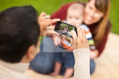 Feliz de la raza mezclada Padres y bebé Tomar autorretratos