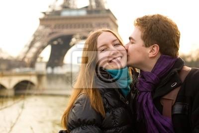Feliz pareja amorosa en París, besos por la Torre Eiffel