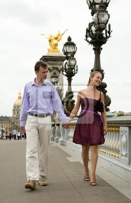 Feliz pareja romántica en París, cruzando el puente