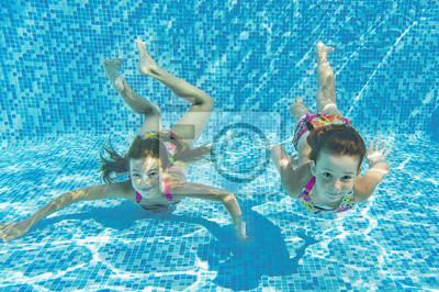 Feliz sonriente niños bajo el agua en la piscina, los niños del deporte