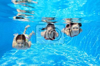 Feliz submarina familia nadar en la piscina y divertirse