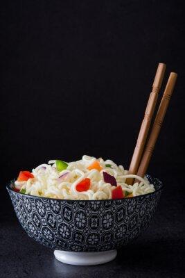 Póster Fideos asiáticos y verduras en pizarra