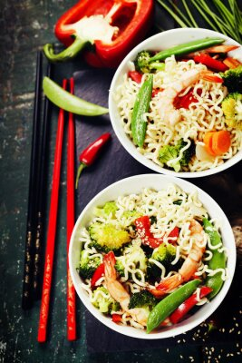 Póster Fideos chinos con verduras y gambas