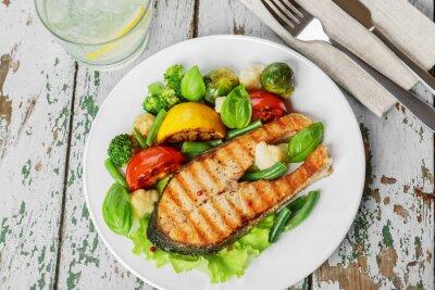 Póster Filete de salmón a la plancha con verduras en un plato