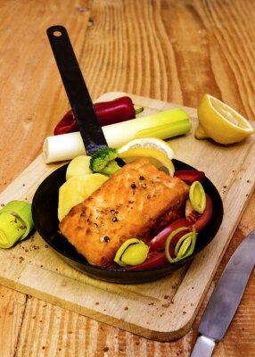 Póster Filete de salmón frito en sartén.