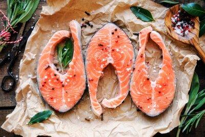Póster Filetes de salmón crudo con hierbas frescas, sal y pimienta. ver más