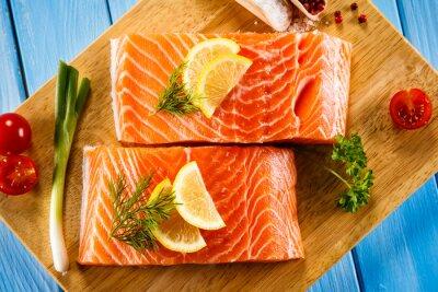 Póster Filetes de salmón crudo fresco en la tabla de cortar