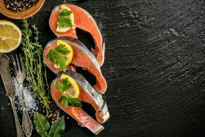 Póster Filetes de salmón servidos en piedra negra