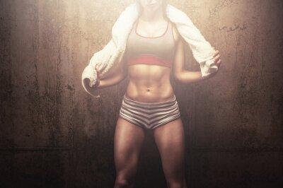 Póster Fitness mujer después de un entrenamiento duro entrenamiento con una toalla deporte blanco
