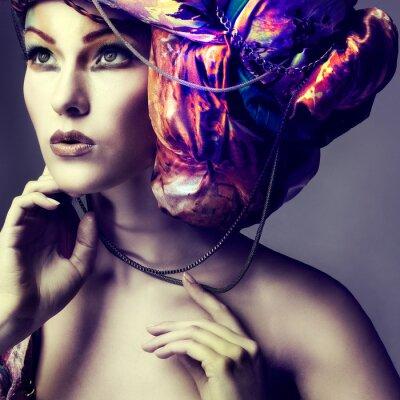 Póster Foto de la hermosa chica en un tocado de la tela de color