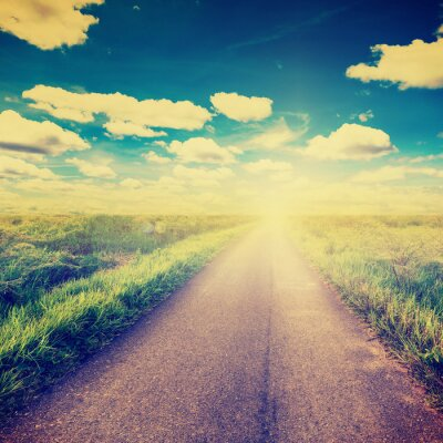 Póster Foto de la vendimia de campo y la carretera nacional con la luz del sol