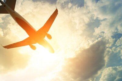 Póster Foto entonada de avión comercial en el sol