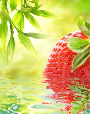 Fresa madura reflejada en el agua