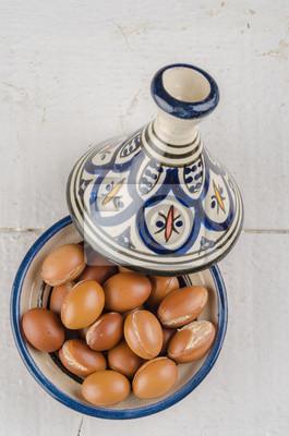 Fruta de argán en un tajine marroquí