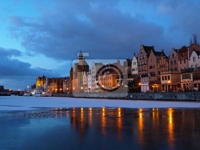 Gdansk de la orilla en la madrugada