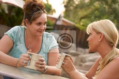Girlfriends disfrutar de una conversación