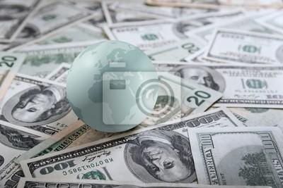 Globo de la tierra en el montón de dinero