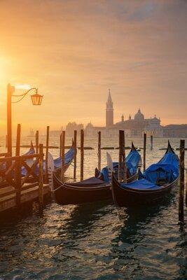 Póster Góndolas de San Marcos durante la salida del sol con San Giorgio di Maggiore iglesia en el fondo en Venecia Italia