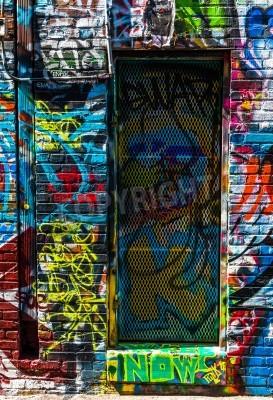 Póster Graffiti en las paredes y puertas en Callejón de la pintada, Baltimore, Maryland.