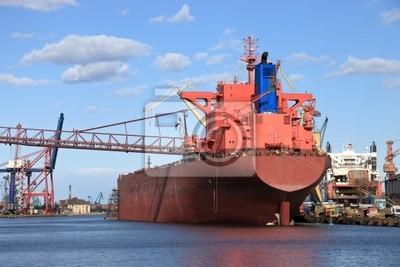 Gran buque en el astillero
