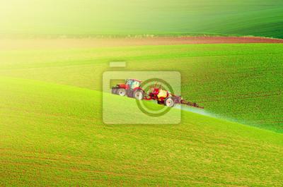 Granja maquinaria pulverización de insecticida en el campo verde, agrícola natural de temporada de primavera de fondo