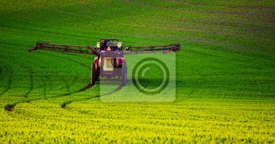 Granja maquinaria pulverización de insecticida en el campo verde, la agricultura natural de temporada de primavera de fondo