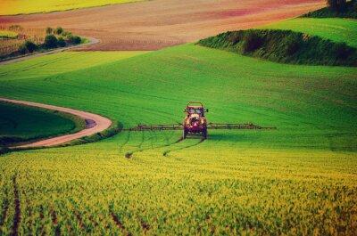 Póster Granja maquinaria pulverización de insecticidas en el campo verde, la agricultura natural de primavera de temporada de fondo, vintag estilo retro hipster