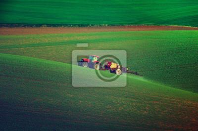 Granja maquinaria pulverización de insecticidas en el campo verde, la agricultura natural de primavera de temporada de fondo, vintag estilo retro hipster