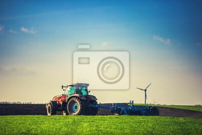Granjero con tractor sembrando cultivos en el campo