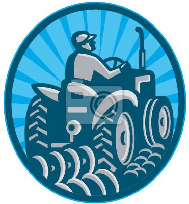 Granjero que ara con el tractor retro