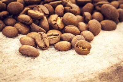 Póster Granos de café en el fondo de madera