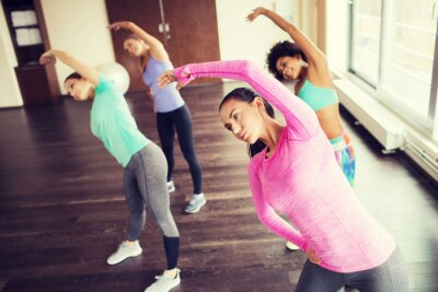 Póster Grupo de mujeres felices que trabajan en el gimnasio