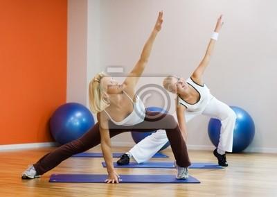 Grupo de personas que hacen ejercicio físico