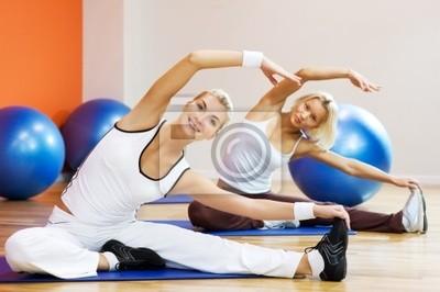 Grupo de personas que hacen ejercicios de estiramiento