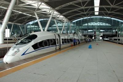 Póster Guangzhou, China - 29 de septiembre: China invierte en ferrocarril rápido y moderno, entrena con velocidad sobre 340 km / h. Capacitar a Wuhan el 29 de septiembre 2010 espera en recién construyen esta