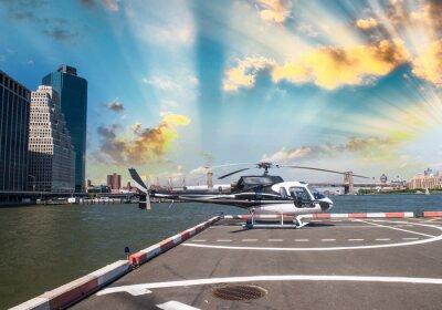 Póster Helicóptero en la plataforma de lanzamiento en Nueva York con el horizonte de la ciudad