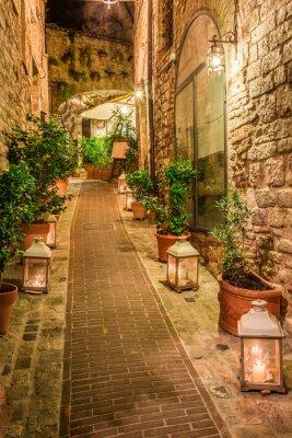 Póster Hermosa calle decorada en pequeña ciudad en Italia, Umbría