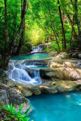 Póster Hermosa cascada en Tailandia bosque tropical