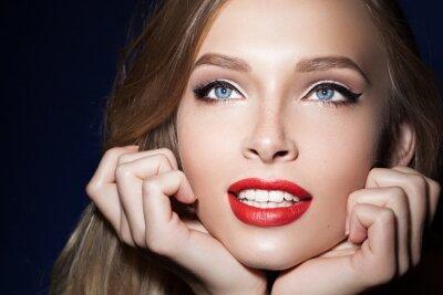 Póster Hermosa chica con labios rojos con las manos cerca de la cara