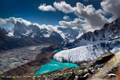 Póster Hermosa laguna de color turquesa en las montañas. Nepal, Parque Nacional del Everest. Vista desde el Gokyo Ri (5.357 m).