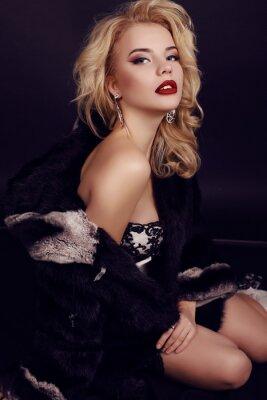 Póster Hermosa mujer con cabello rubio lleva lujoso vestido, piel y bijou
