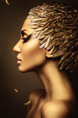Póster hermosa mujer con sombrero de plumas de oro