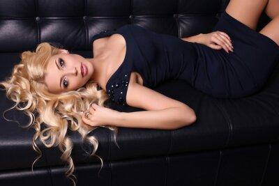Póster Hermosa mujer encantadora con el pelo largo y rubio lleva vestido elegante y accesorios