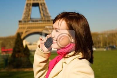 Hermosa mujer feliz con teléfono celular en París