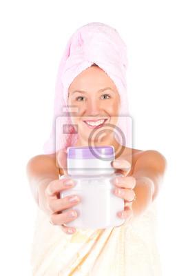 Hermosa mujer tierna frasco de crema hidratante.