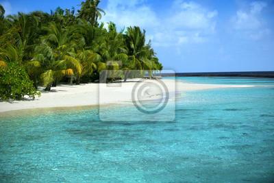 Hermosa playa con el azul del mar y el cielo azul