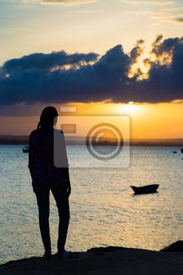 Hermosa puesta de sol en el área de la península, una de las más nuevas regiones en la ciudad de Dar es Salaam, Tanzania, África.