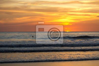 Hermosa puesta de sol en Playa Negra, Costa Rica, América Central.