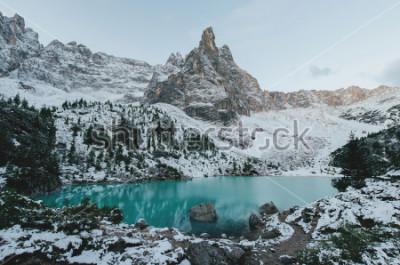 Póster hermosa vista a las enormes rocas blancas de las montañas Dolomitas (Dolomitas). Lago Braies (Lago Di Braies) en verano. El lago natural más grande en dolomías, el Tyrol del sur, Italia, Europa.